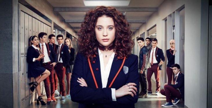 Chica cruzando los brazos, escena de la serie Élite, temporada 2