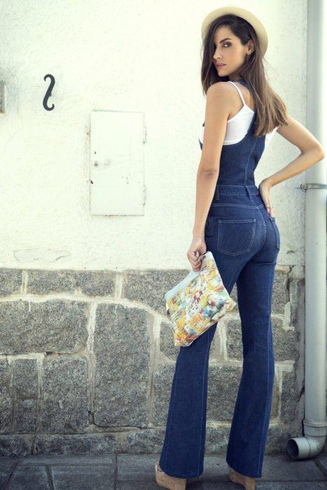 Chica mostrando la espalda