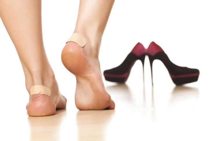 Curitas en los pies de una chica para evitar las ampollas de los pies