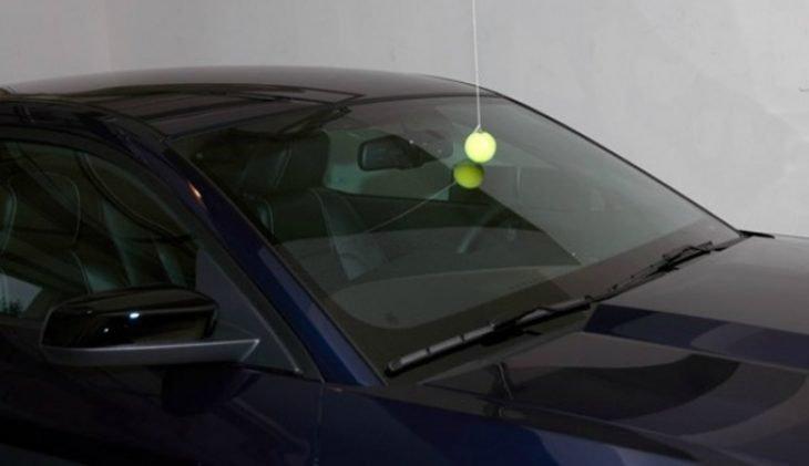 pelota de tenis colgando en la cochera