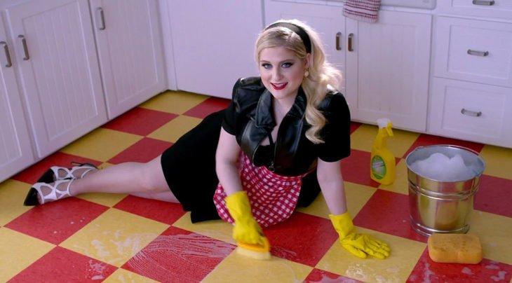 Chica fregando el piso