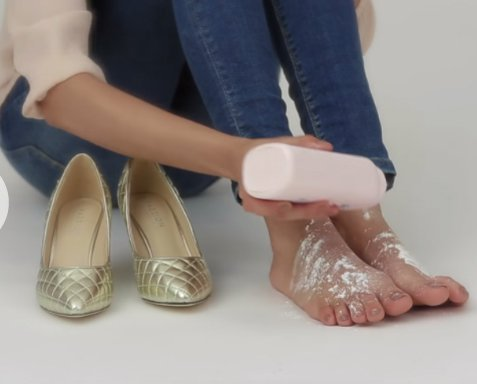 chica usando talco para los pies