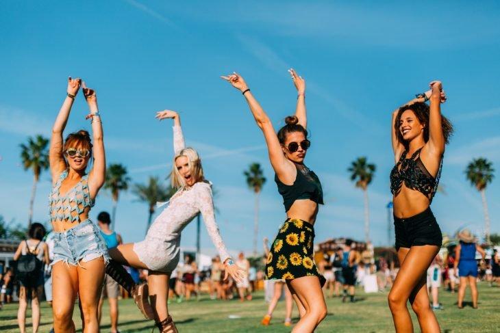 chicas levantando sus brazos