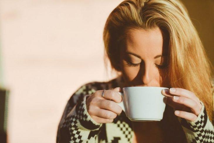 chica tomando un té