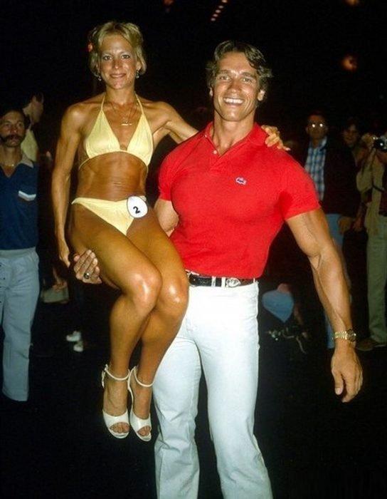 hombre con camisa roja cargando a chica
