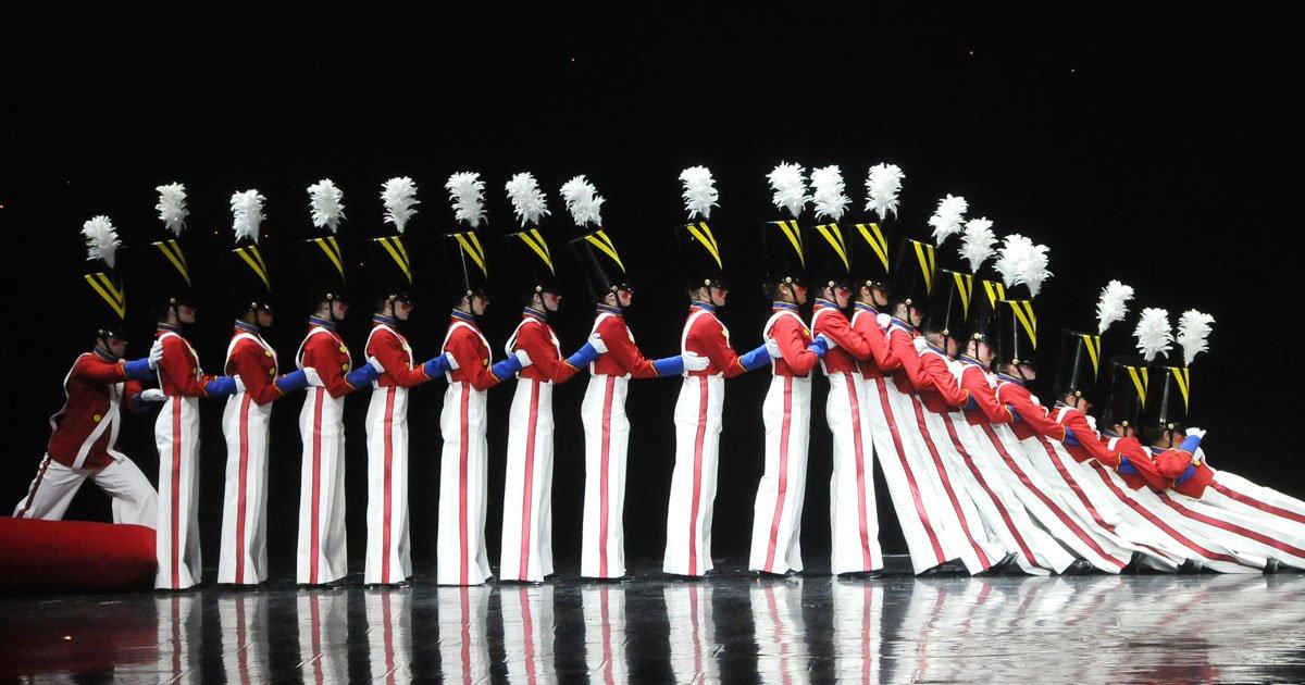 dancers toy soldiers.jpg?resize=366,290 - Ce groupe de danseuses habillées en soldats a subjugué Internet avec son étonnante chorégraphie
