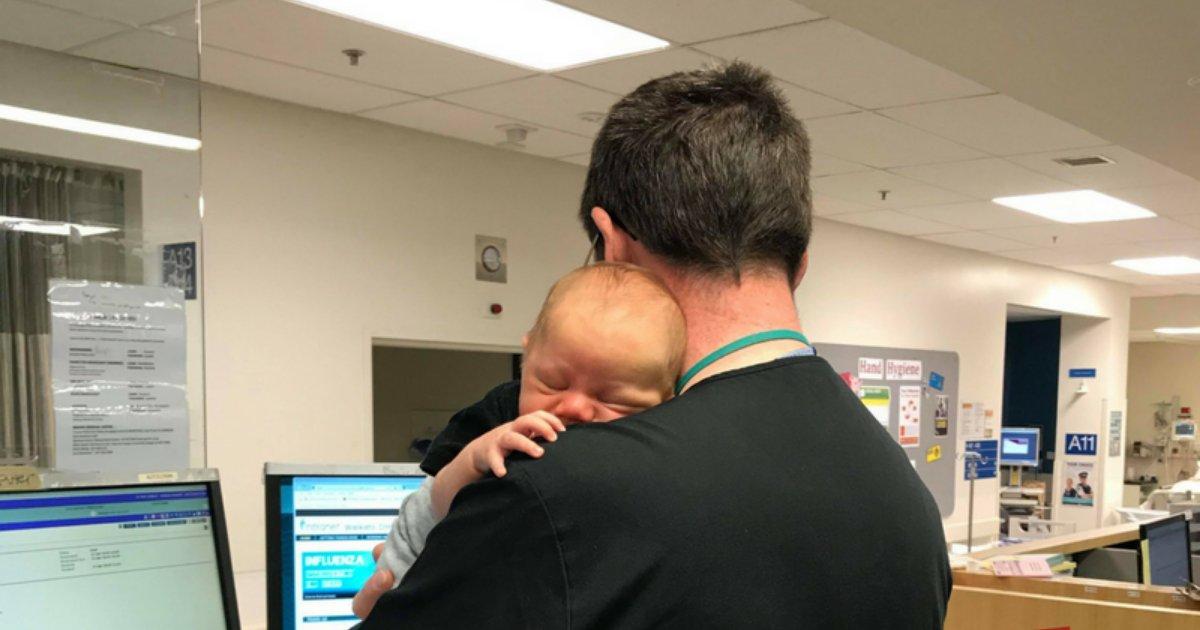 er4.png?resize=412,232 - Un médecin qui dirige les urgences travaille tout en berçant un bébé pour l'endormir