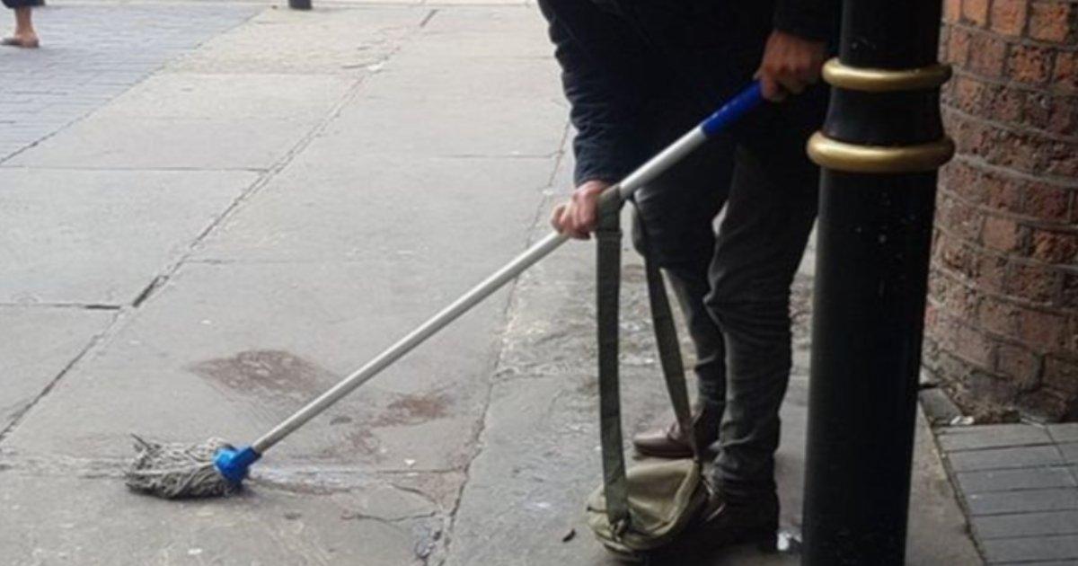 featured image 1.png?resize=412,232 - Des policiers ont demandé à un homme, qui a uriné en public, de nettoyer ses dégâts