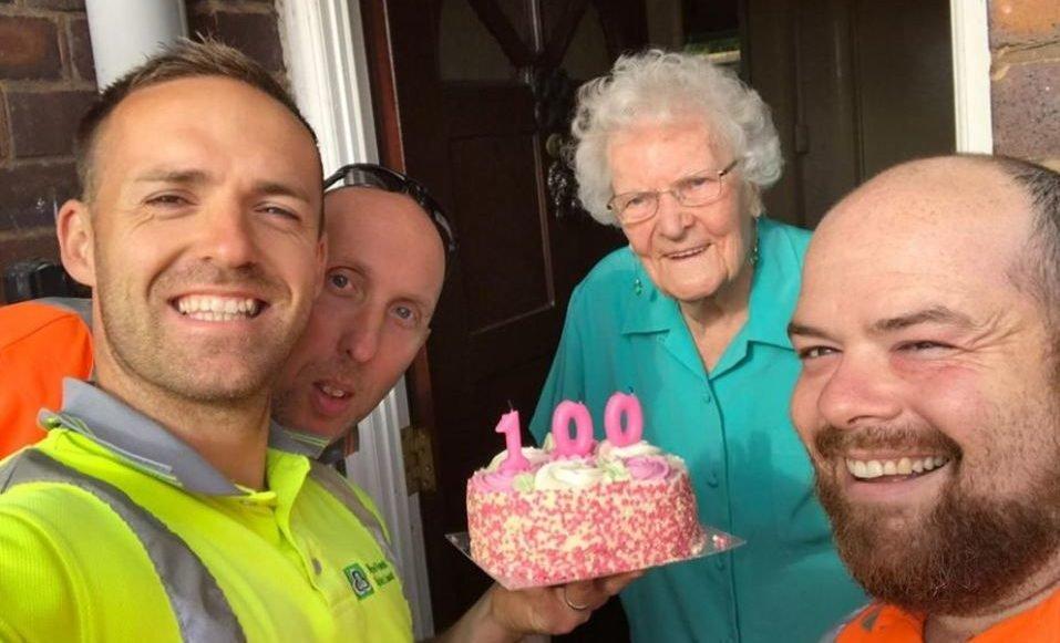 image 1 e1566185008230.jpg?resize=412,232 - Des éboueurs surprennent une vieille dame lors de son 100ème anniversaire