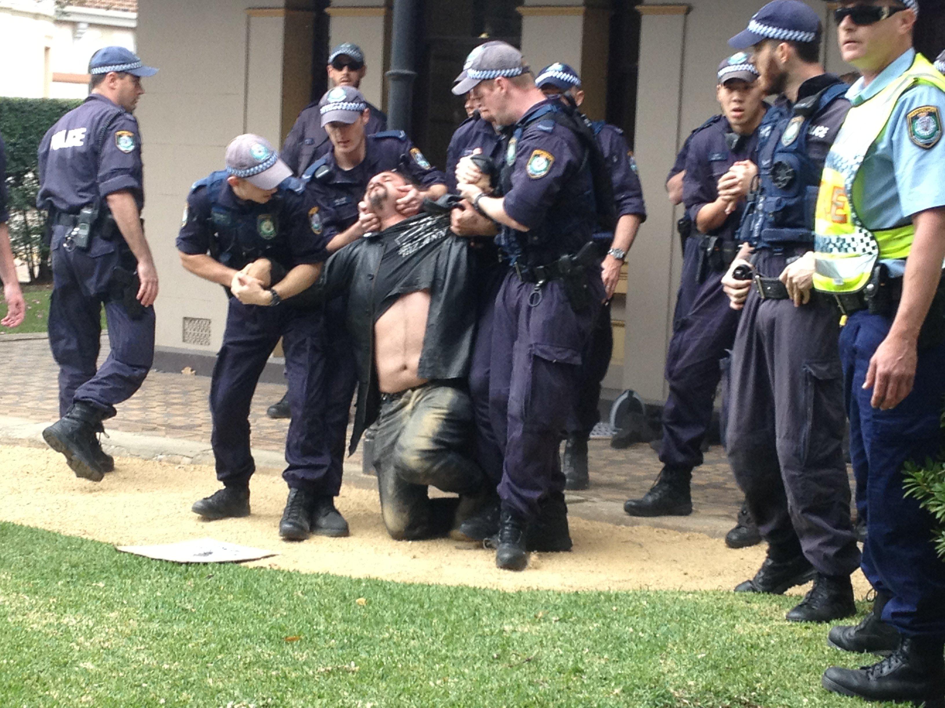 nsw police use illegal pain hold on activist at university of sydney.jpg?resize=300,169 - Etouffé par la BAC pendant une manifestation contre les violences policières