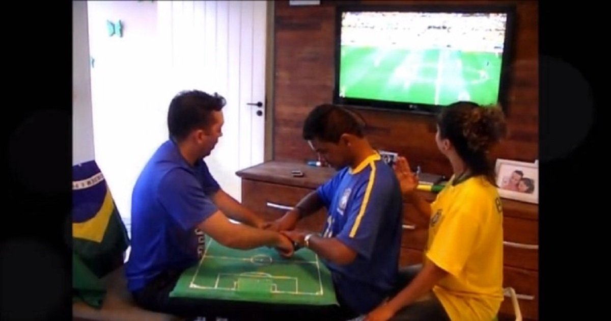 "s3.jpg?resize=1200,630 - Friends Helped Their Deaf-Blind Friend Experience The Excitement Of ""Watching"" A World Cup Game"