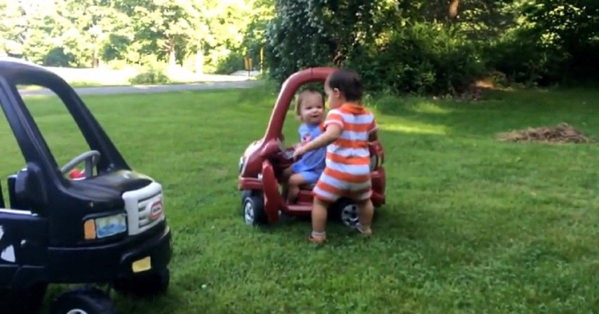 t3 3.jpg?resize=366,290 - Ces adorables jumeaux se disputent pour savoir qui va jouer avec la voiturette rouge