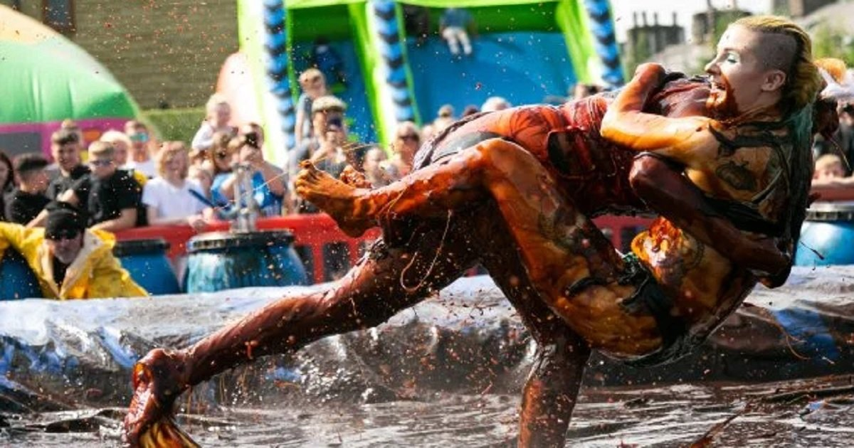 """w3 1.jpg?resize=412,232 - Le championnat du monde annuel de lutte dans un bac de sauce est un """"sport"""" étrange mais a un but noble"""