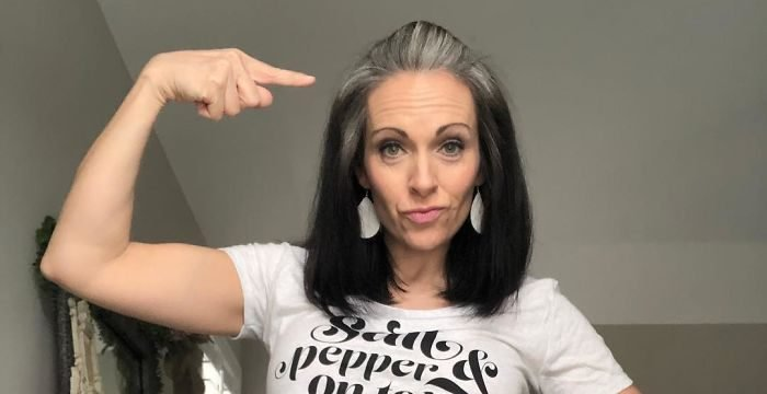 women natural gray hair grombre 26 5ca5a6e8890d6  700 e1565799552729.jpg?resize=1200,630 - 30 Stunning Looks Of Women Who Ditched Dyeing Their Grey Hair