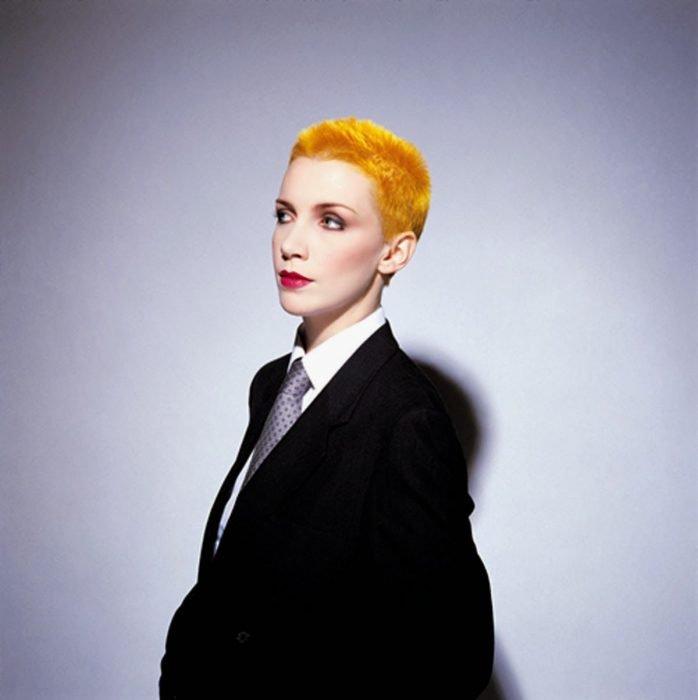 Mujer de traje con cabello corto y anaranjado