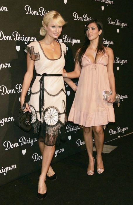 Paris Hilton aventando a Kim en una foto