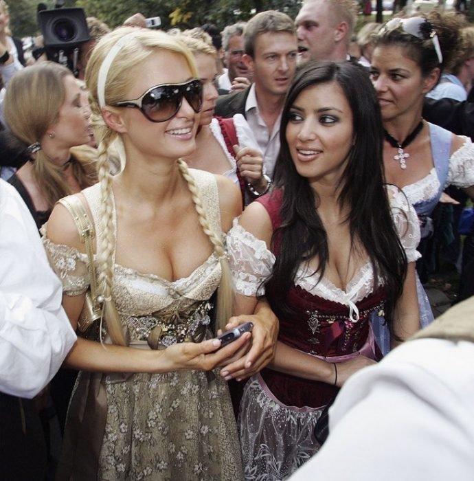 Paris y Kim en el october fest vestidas identicas