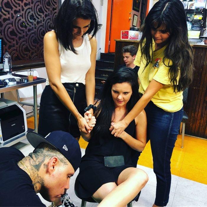 Selena Gomez y sus amigas haciendose un tatuaje