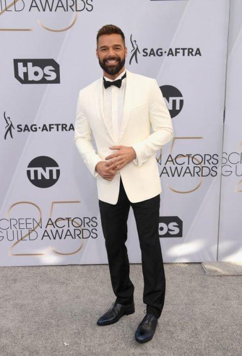 Ricky Martin en los SAG Awards 2019 con un saco blanco y pantalón negro es considerado uno de los mejores vestidos