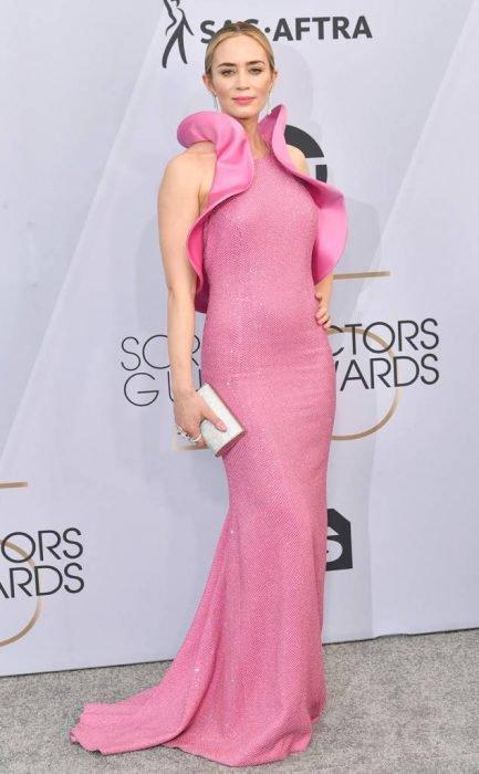 Emily Blunt en los SAG Awards 2019 con un vestido rosa con holanes es considerada una de las mejores vestidas