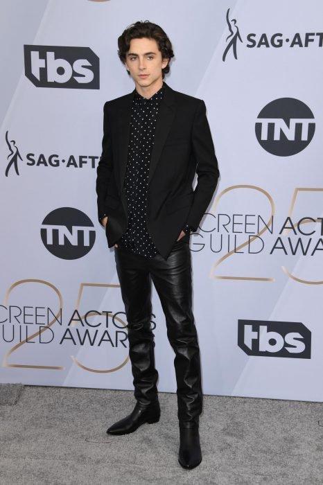 Timothée Chalamet en los SAG Awards 2019 con un traje negro y pantalón de piel es considerado uno de los mejores vestidos