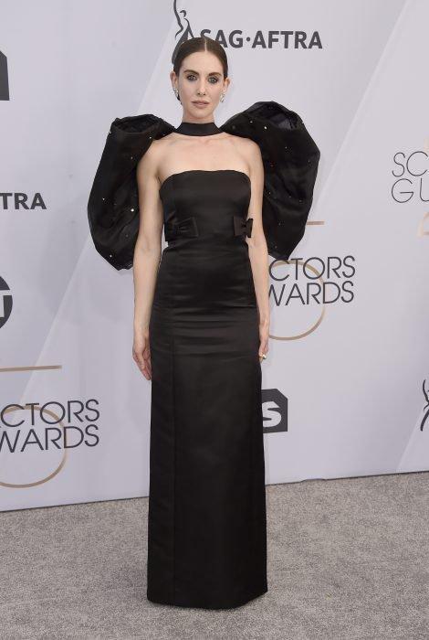 Alison Brie en los SAG Awards 2019 con un vestido lápiz negro con moños es considerada una de las peores vestidas