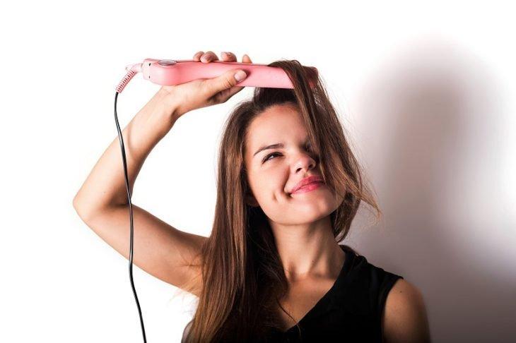alisando su cabello