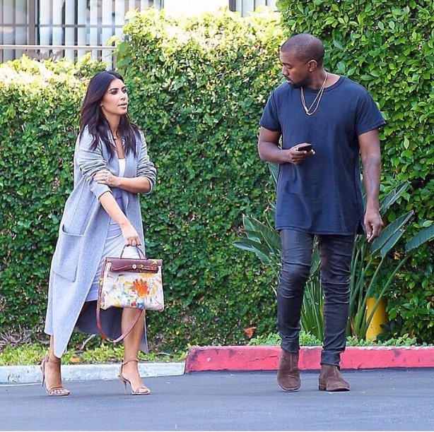 Kim Kardashian caminando junto a su esposo Kanye West