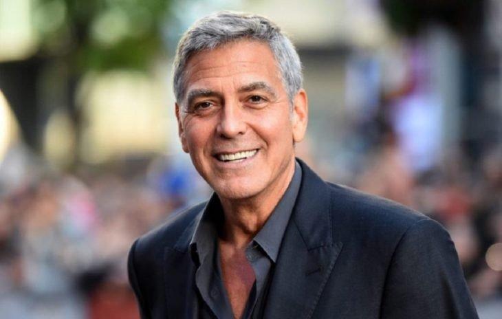 Las raras exigencias de los famosos; George Clooney con canas y traje azul