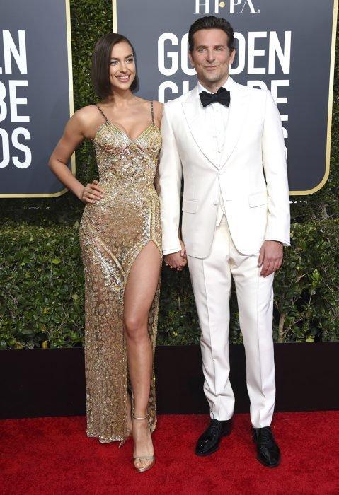 Bradley Cooper e Irina Shayk tomados de la mano durante la sesión de fotos de la alfombra roja de los Globos de Oro 2019