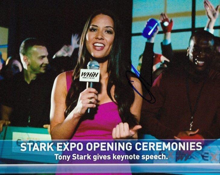 Chica transmitiendo una entrevista en vivo, escena de la película Iron Man 2, Olivia Munn