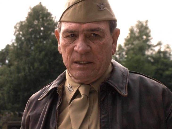 Hombre usando traje de coronel en color café con cara d epreocupación escena d ela película Capitán América: el primer vengador, Tommy Lee Jones