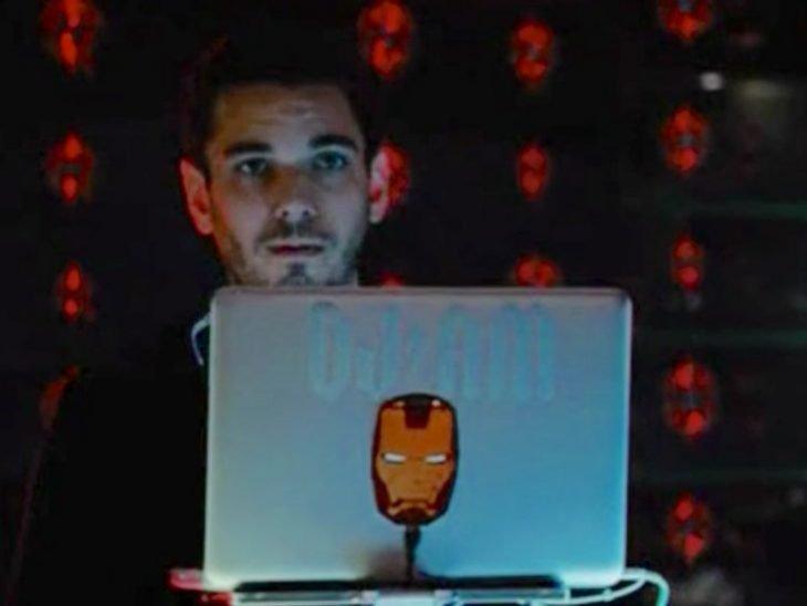 Hombre frente a su computadora portátil, escena de la película Iron Man 2, DJ AM
