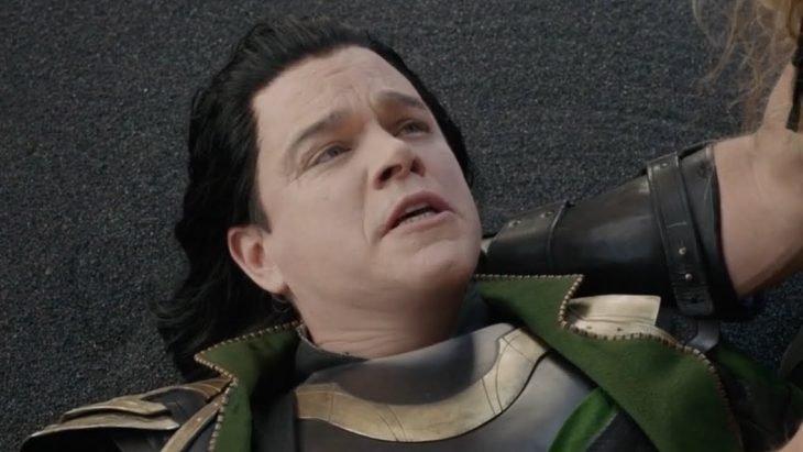 Hombre asustado, recostado en el piso mirando hacia arriba, escena de la película Thor: mundo oscuro, Matt Damon