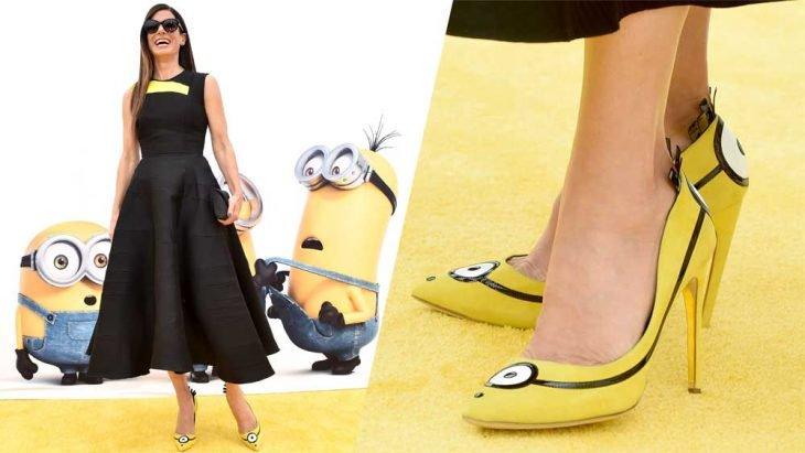 Sandra Bullock modelando sus zapatos de Minions