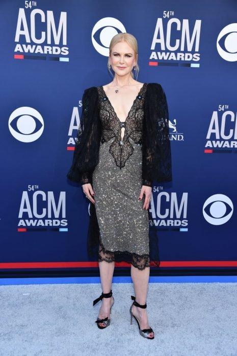 Nicole Kidman en un evento de cine modelando su outfit en negro