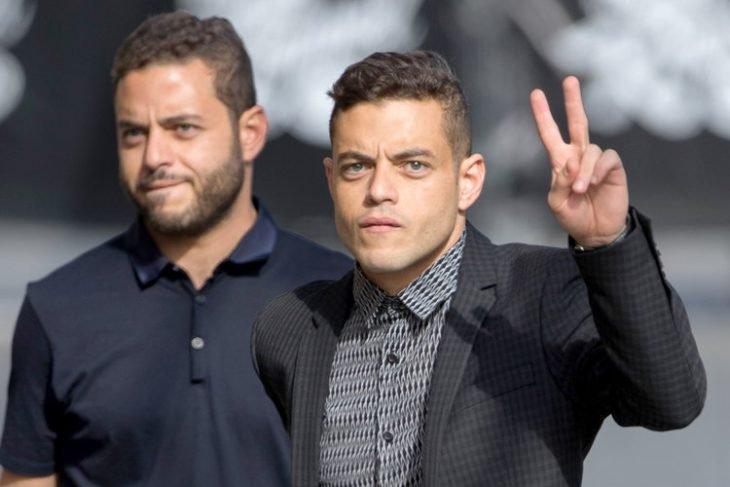 chico haciendo señas de paz