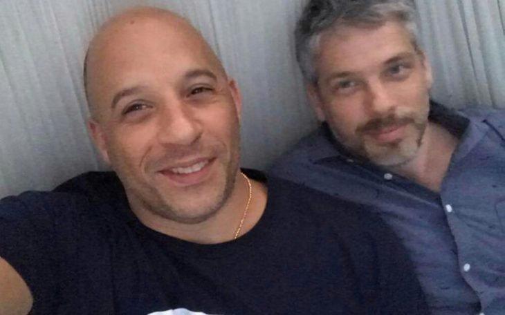 hombres tomándose una selfie