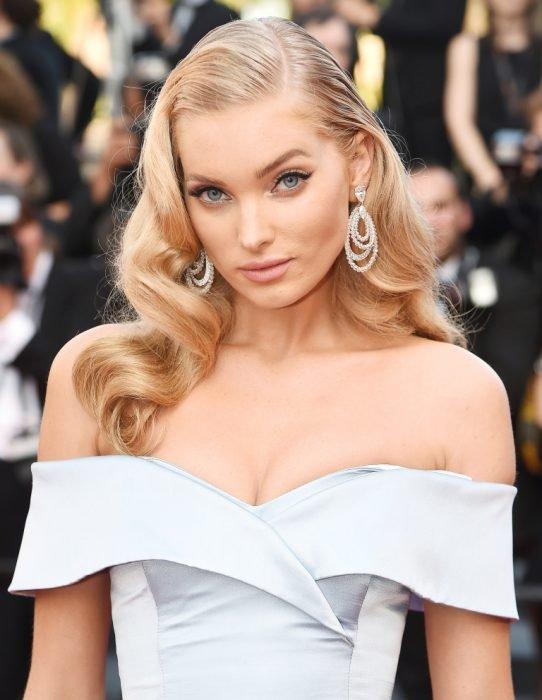 chica modelando vestido blanco