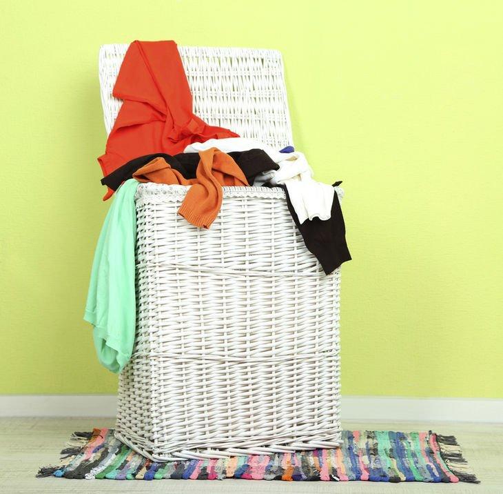 Obtén cestos para la ropa sucia con tapa.