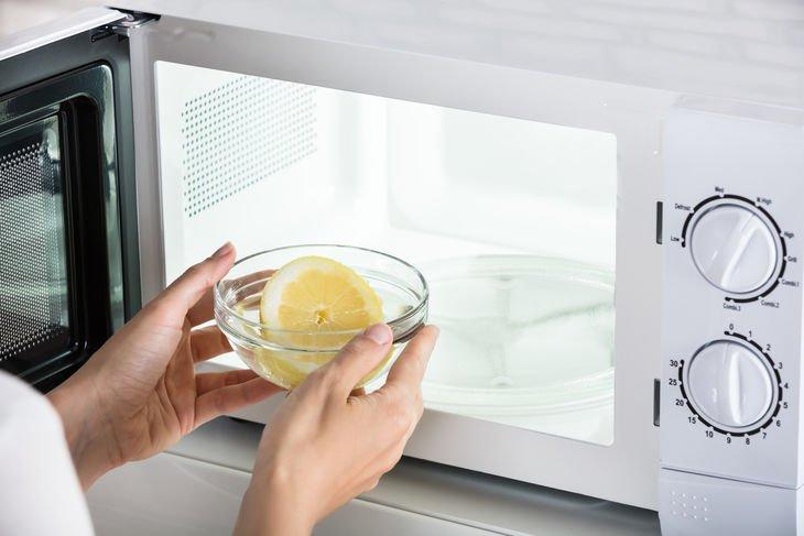 Mantén el microondas limpio y oloroso con este truco.