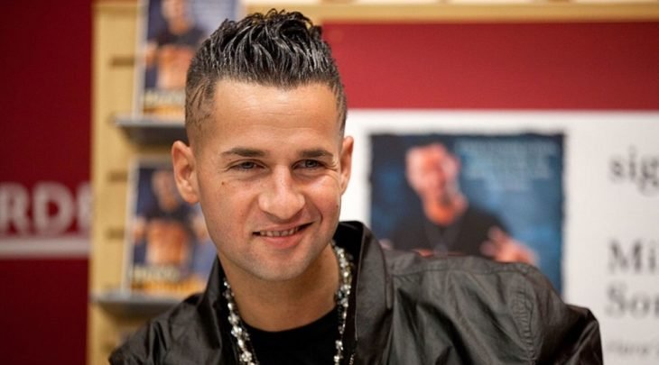 Mike Sorrentino posando