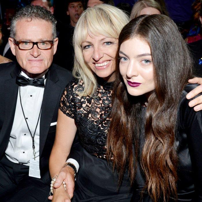 famosos viven con sus padres