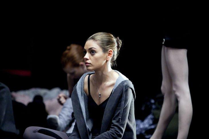 Chica bailarina de ballet sentada en el piso