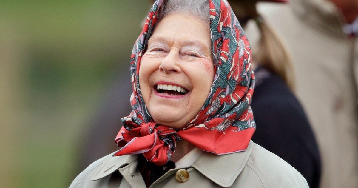 a 5.jpg?resize=412,275 - Group Of Tourists Who Didn't Recognize The Queen Was Trolled By Her Majesty