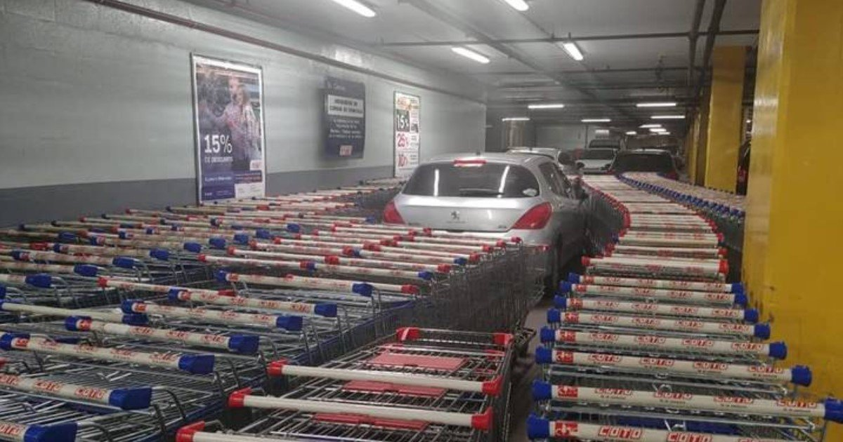 a 68.jpg?resize=412,232 - Supermarket Workers Blocked An Illegally Parked Car With Shopping Carts