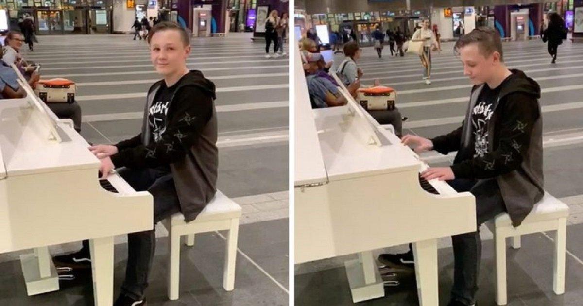"""a3 7.jpg?resize=412,232 - Moment incroyable : Un adolescent autiste a joué """"Bohemian Rhapsody"""" au piano dans une gare"""