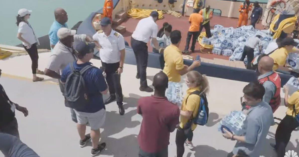 cruise passengers helped the crew preparing meals for hurricane victims.jpg?resize=412,232 - Des passagers ont aidé les membres de l'équipage à préparer des repas pour les victimes de l'ouragan