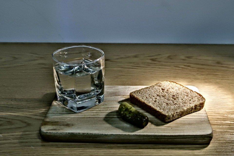 pain et eau.jpg?resize=300,169 - Dans l'Allier, des enfants se sont fait servir du pain et de l'eau à la cantine