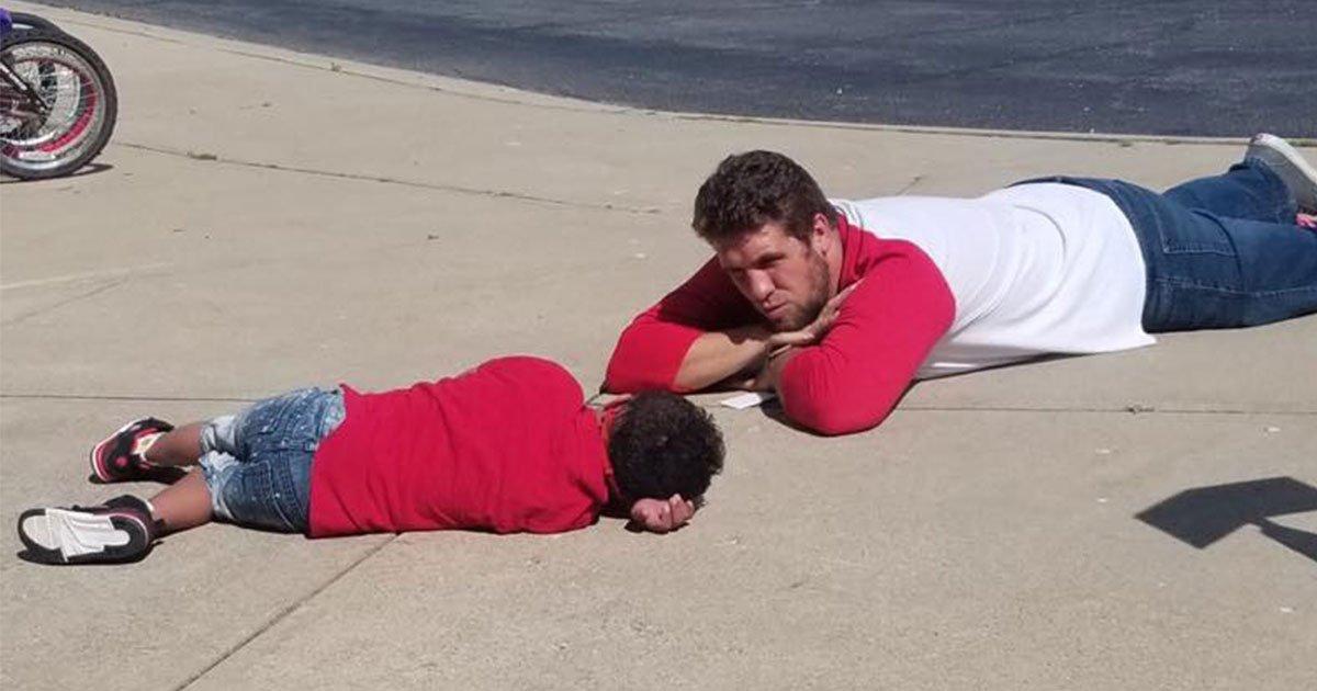 photo of assistant principal lying on the ground with an autistic boy is winning the internet.jpg?resize=412,232 - Un directeur adjoint incroyable a décidé de s'allonger par terre avec un élève bouleversé